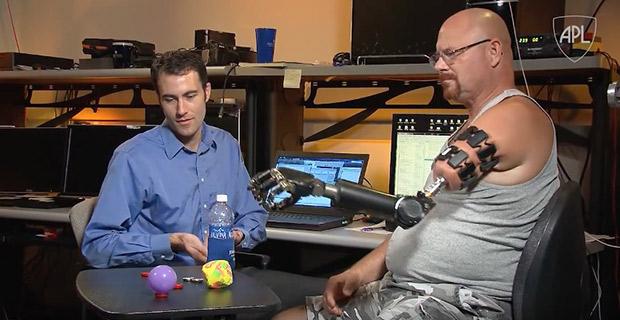 Бионический протез впервые позволил пациенту чувствовать с помощью протеза предметы.