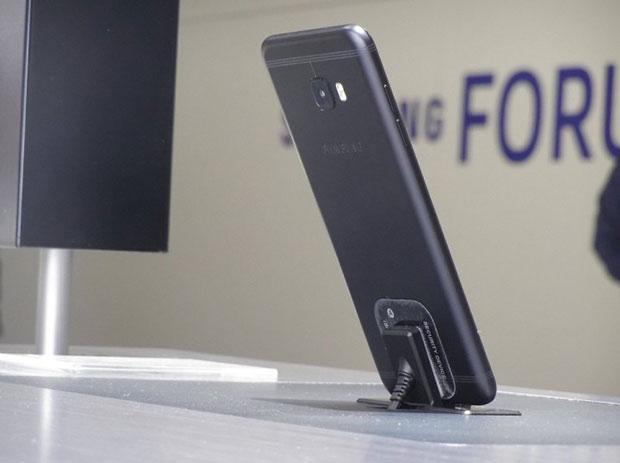 Смартфон Самсунг Galaxy C5 Pro запечатлели настенде в«Поднебесной»