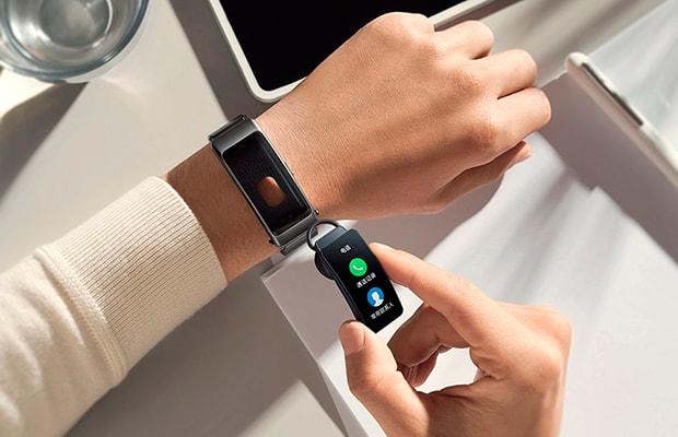 Huawei разработала смарт-браслет, который можно носить наухе