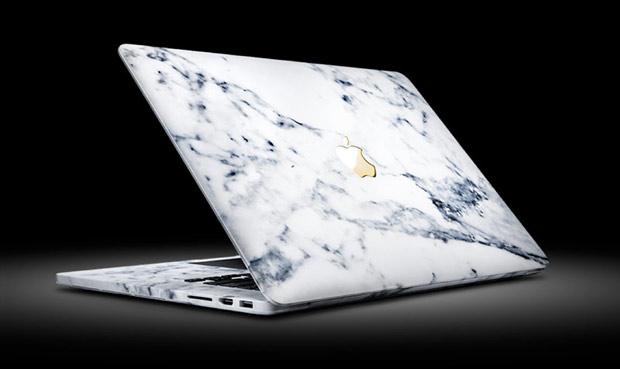 MacBook Pro в мраморном корпусе с золотым логотипом