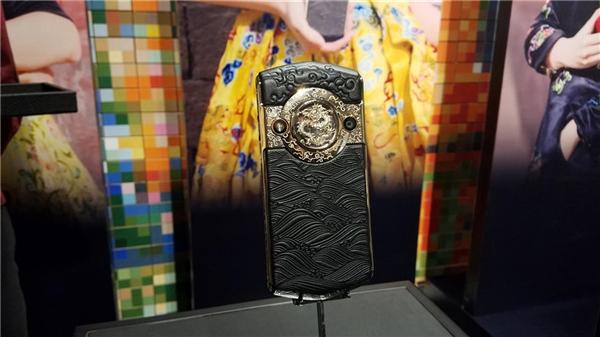 Китайцы выпустили «императорский» смартфон втитановом корпусе сзолотым драконом за $2880
